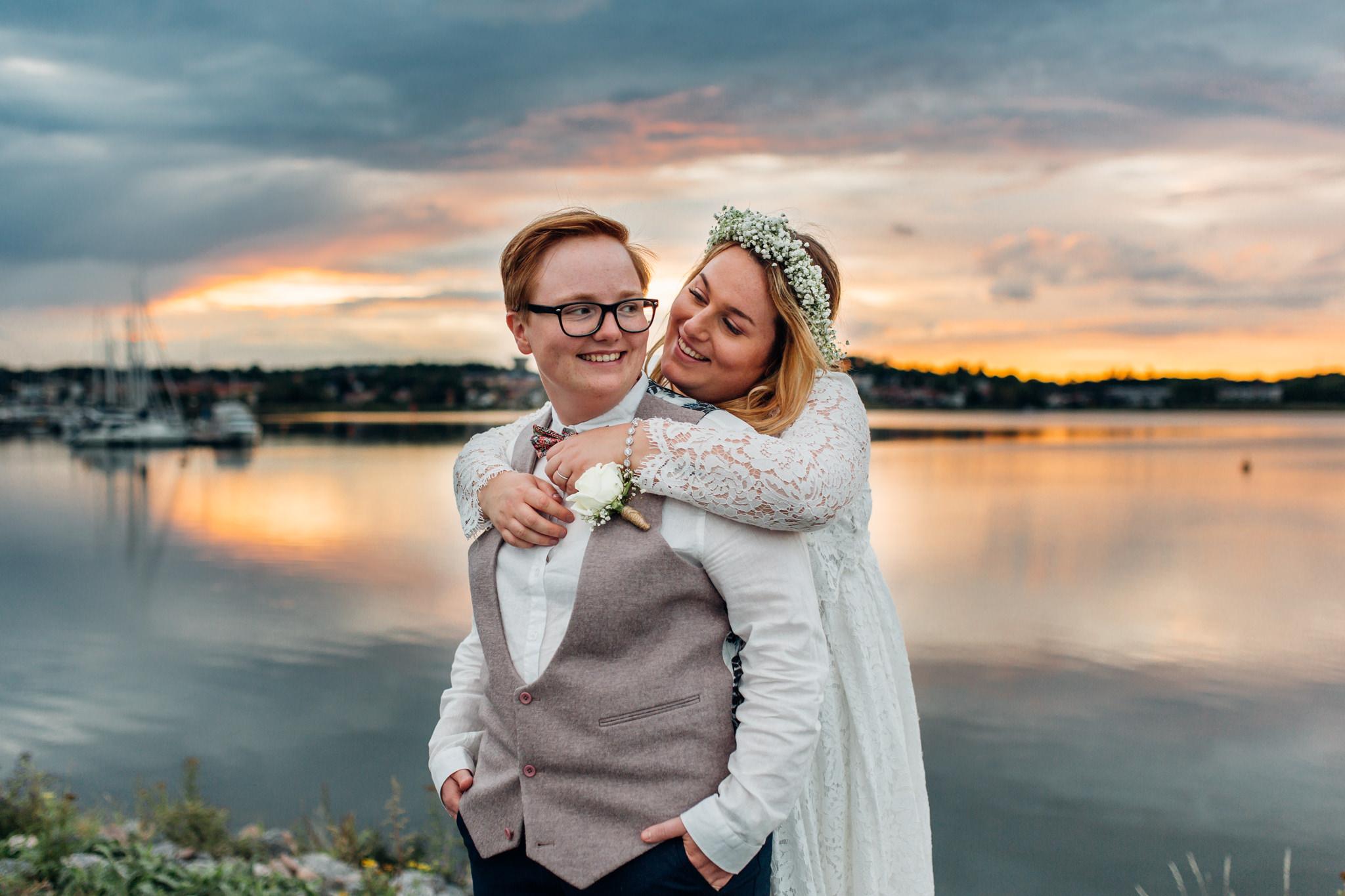 Samkönat bröllopspar i solnedgången