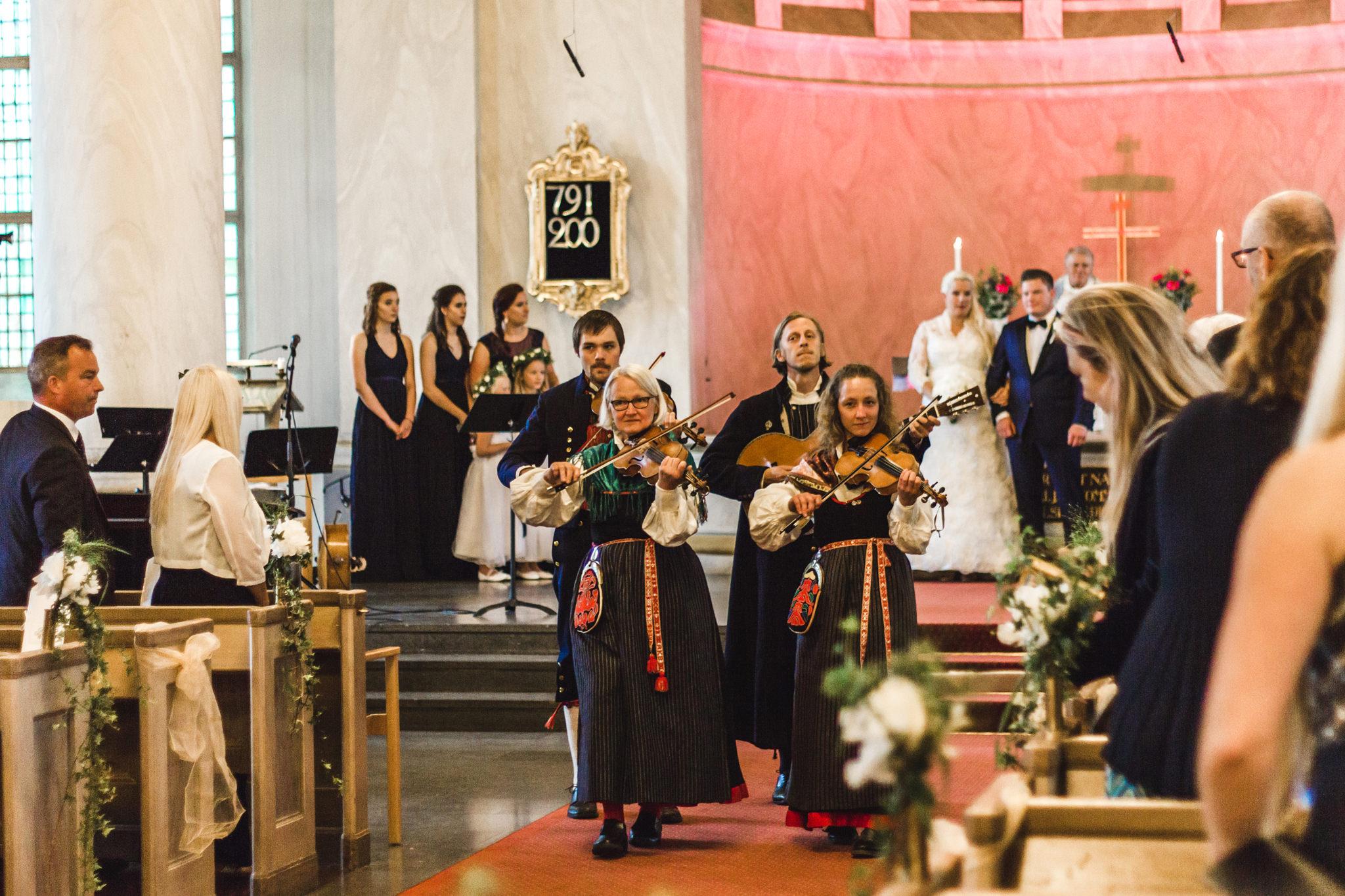 Bröllop i Järvsö kyrka i alltid soliga Järvsö