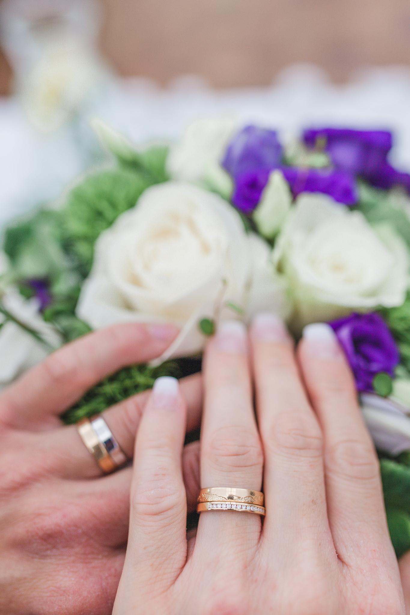 Detaljbild på vigselringar vid bröllop på Rosängen orangeri
