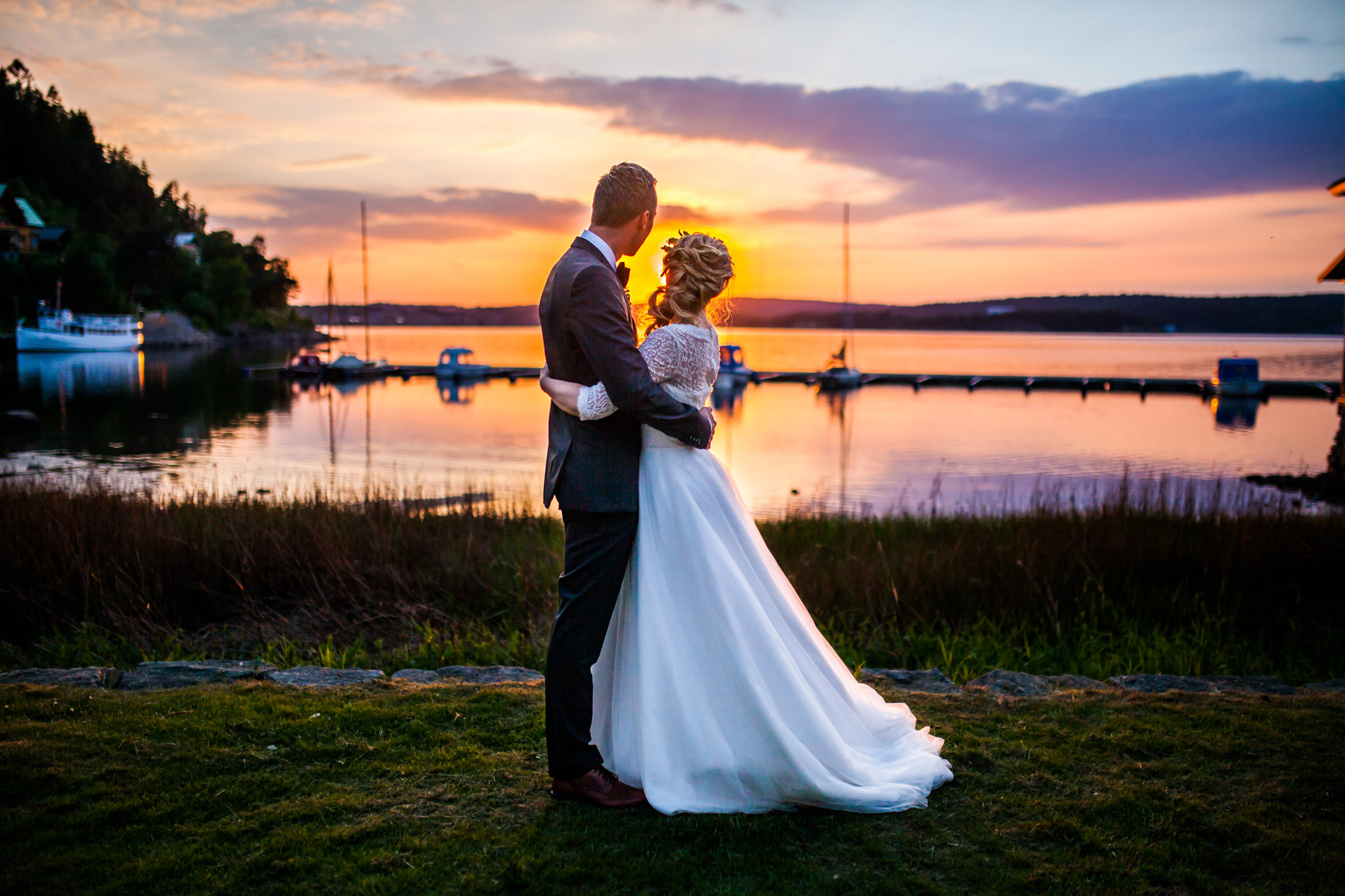Golden hour fotografering under bröllop vid Gustavsbergs societetshus i Uddevalla