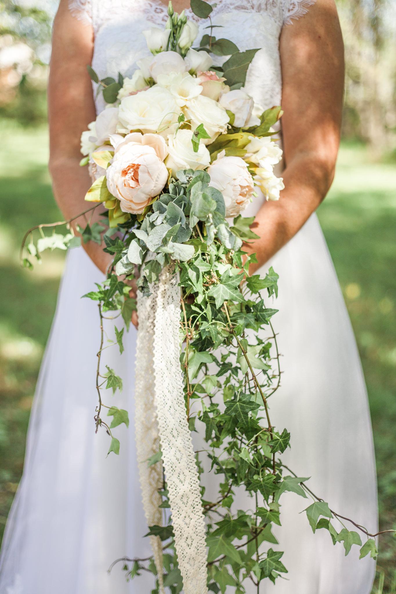 Brudbukett med pioner på bröllop vid Slattefors Magasin i Linköping