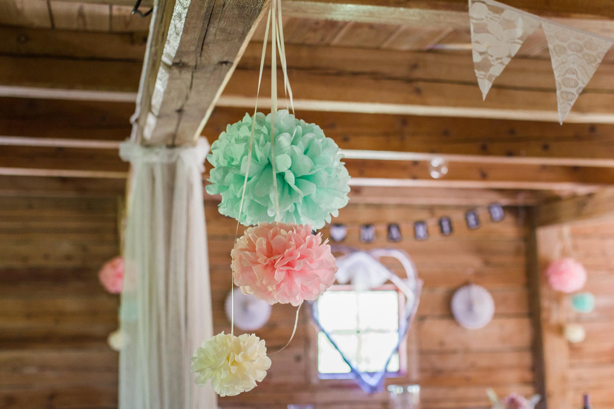 Romantiskt med pompoms på bröllop i Slattefors Magasin i Linköping