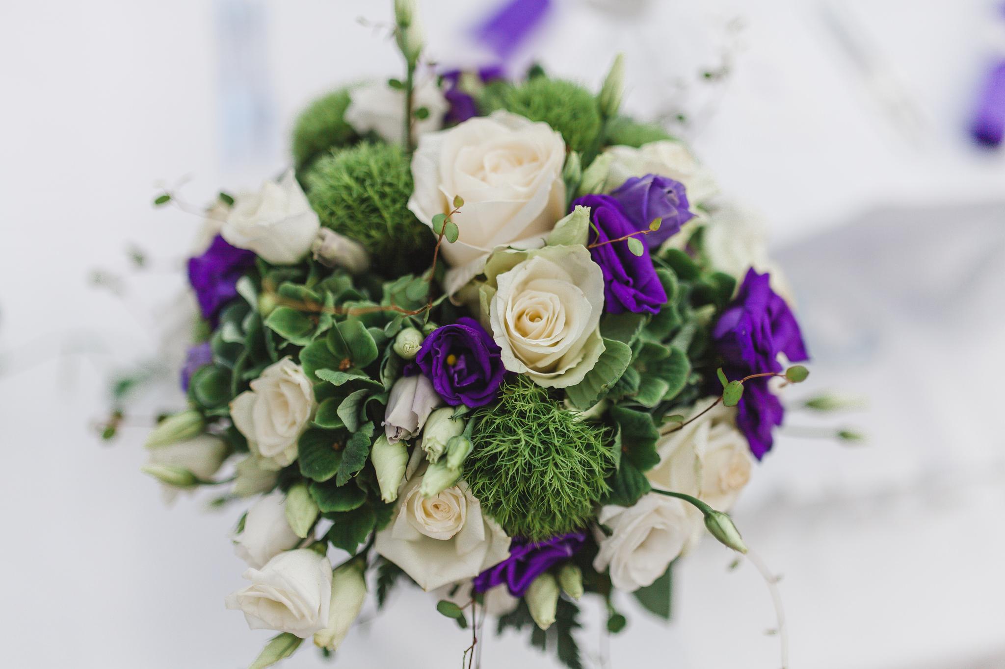 Detaljbild på brudbukett vid bröllop på Rosängen orangeri