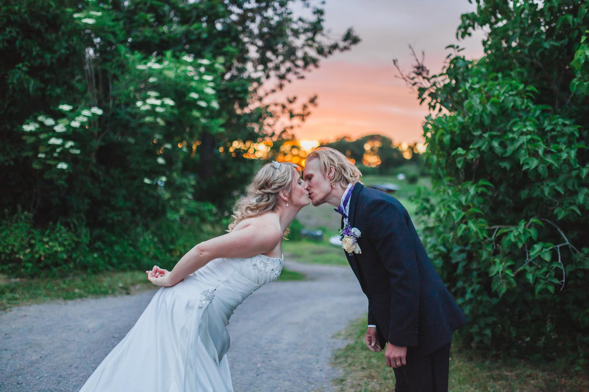 Golden hour bröllopsfotografering på Rosängen orangeri i Örebro