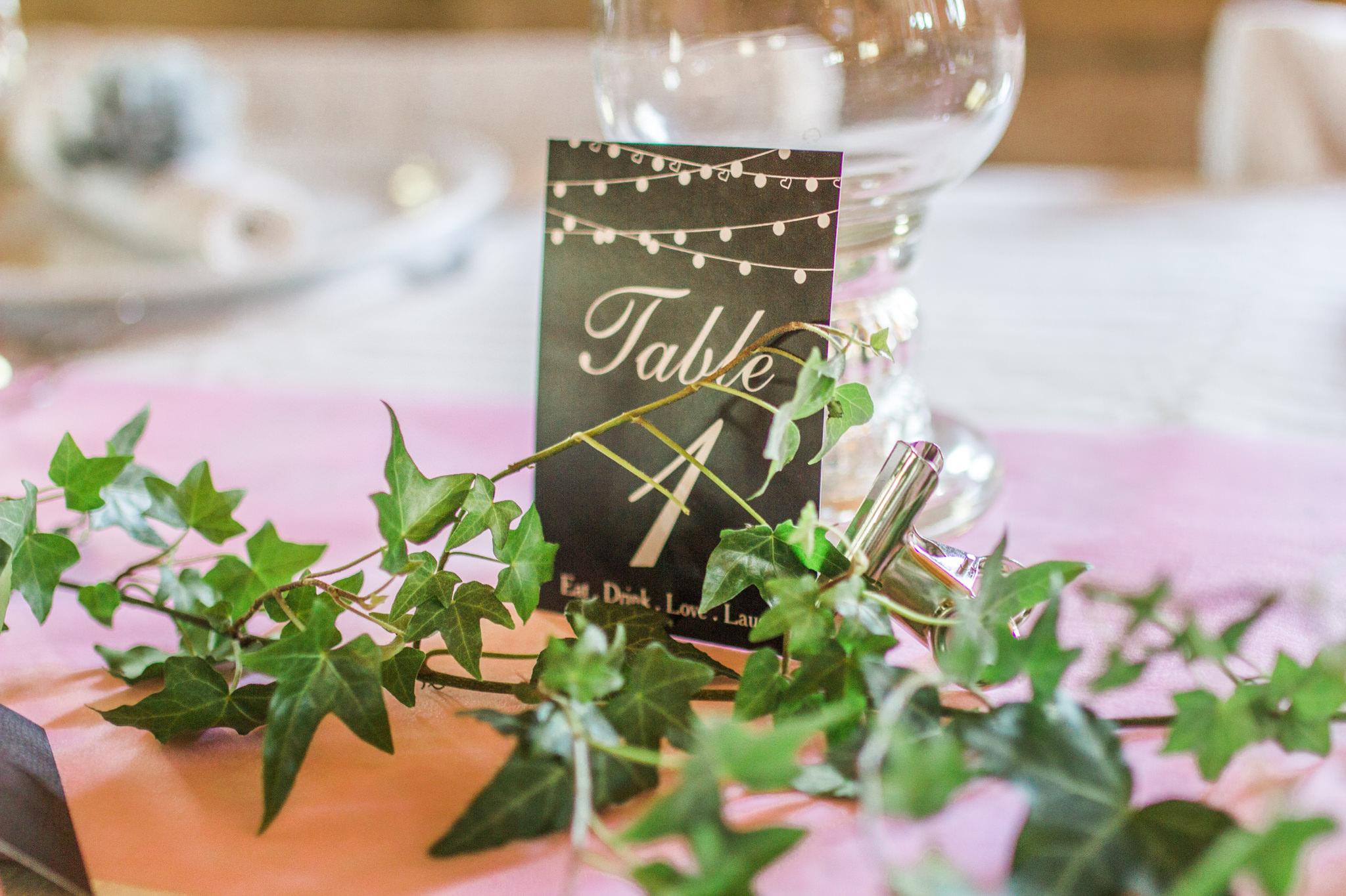Romantisk bröllopsdukning på bröllop i Slattefors Magasin i Linköping