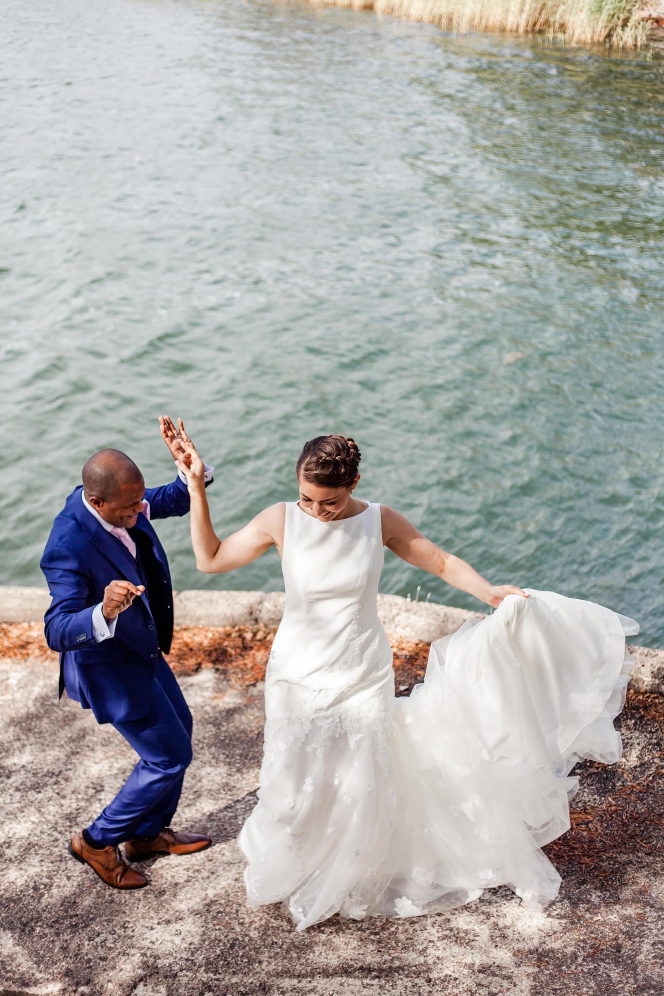 Bröllopsdans med brudpar från USA och Angola