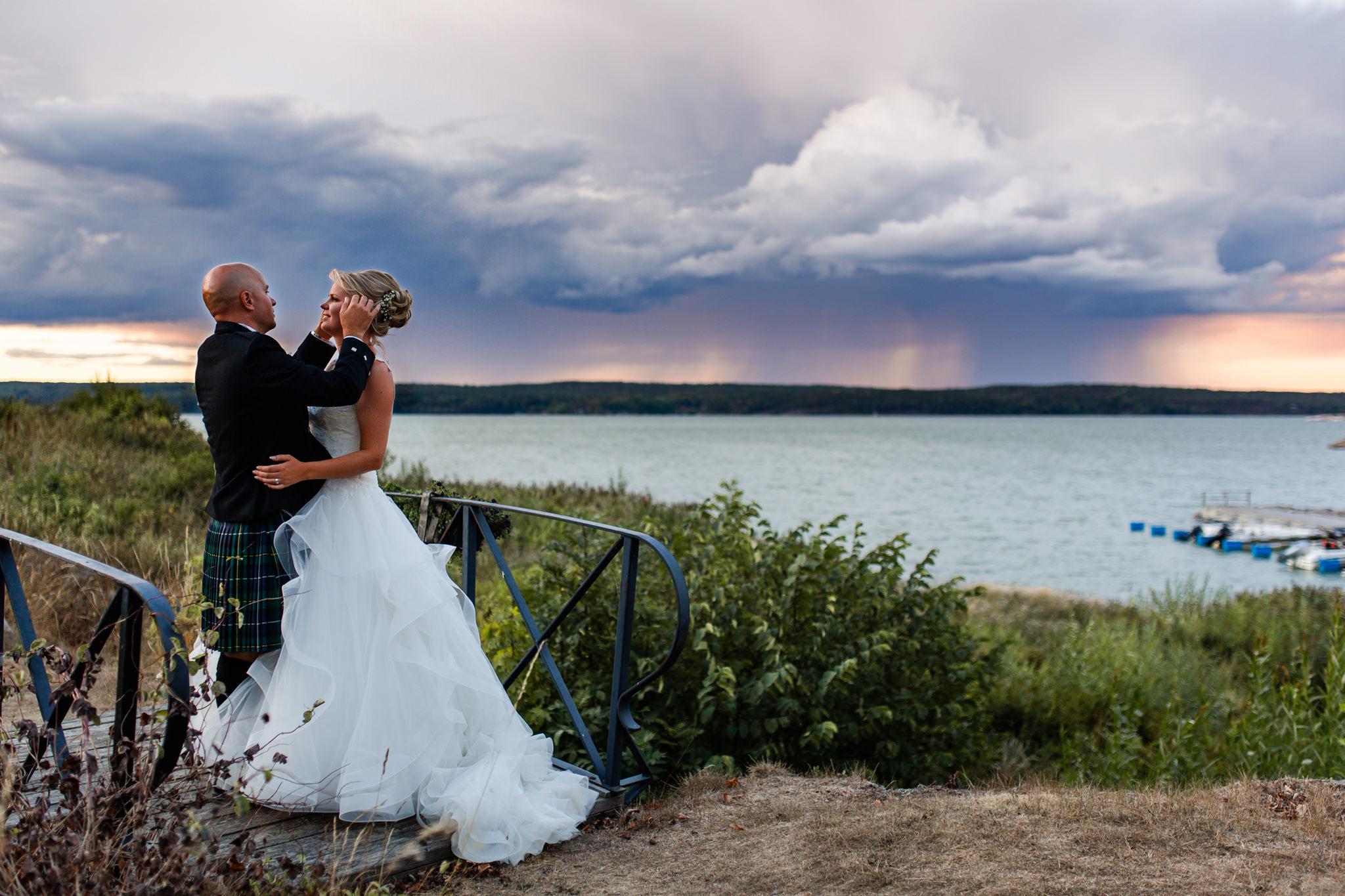 Bröllopsfotografering i solnedgång på Mauritzberg Slott